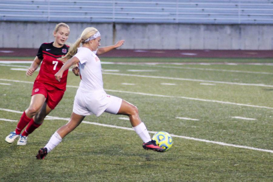 Grinnell+escapes+with+victory+over+women%27s+soccer+in+two+overtimes